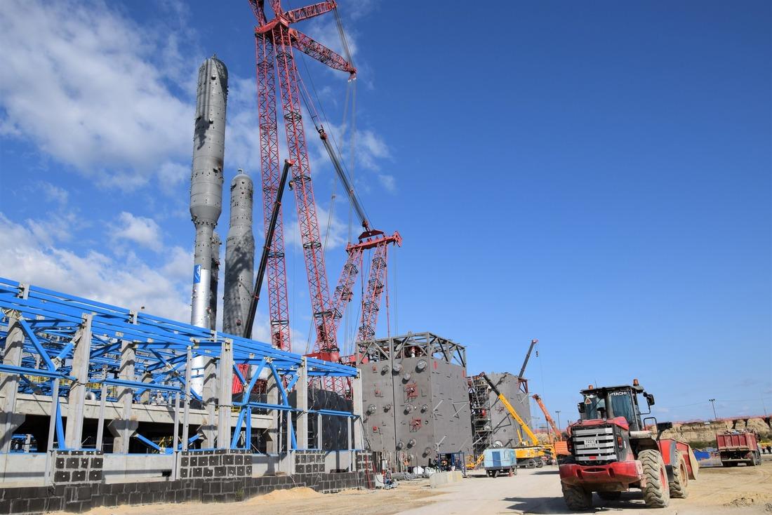 Сборка модулей вединый блок ведется при помощи крана грузоподъемностью 1600 тонн